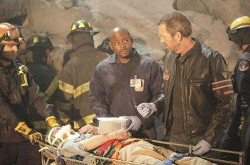 Hugh Laurie e Omar Epps in una scena di Help Me dalla sesta stagione di Dr. House: Medical Division