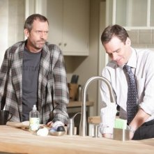 Hugh Laurie e Robert Sean Leonard in una scena di Open and Shut dalla sesta stagione di Dr. House: Medical Division