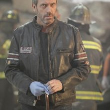 Hugh Laurie in una scena di Help Me dalla sesta stagione di Dr. House: Medical Division