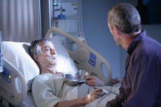 Hugh Laurie in una scena di Lockdown dalla sesta stagione di Dr. House: Medical Division