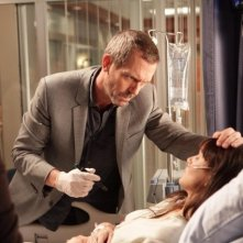 Hugh Laurie in una scena di Open and Shut dalla sesta stagione di Dr. House: Medical Division