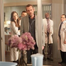 Hugh Laurie, Olivia Wilde, Jesse Spencer, Omar Epps e Peter Jacobson in una scena di Open and Shut dalla sesta stagione di Dr. House: Medical Division