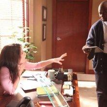 Lisa Edelstein e Andre Braugher in una scena di Baggage dalla sesta stagione di Dr. House: Medical Division