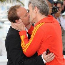Cannes 2010: Xavier Beauvois e Lambert Wilson scaldano con un bacio appassionato il photocall di Des hommes et des dieux