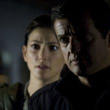 Il Colonnello Young (Justin Louis) con alle spalle Vanessa James (Julia Anderson) in: Sabotage di Stargate Universe