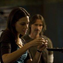 La Dr. Amanda Perry (Kathleen Munroe) assaggia un frutto nell'episodio Sabotage di Stargate Universe