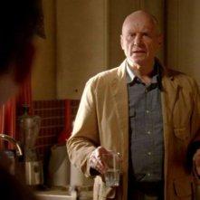 Alan Dale in una scena di Per cosa sono morti dalla sesta stagione di Lost