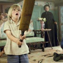 Il piccolo Oscar Steer in una scena del film Tata Matilda e il grande botto