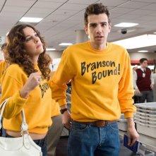 Jay Baruchel e Lindsay Sloane in una scena del film Lei è troppo per me