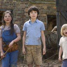 Un'immagine di Asa Butterfield, Oscar Steer e Lil Woods dal film Tata Matilda e il grande botto