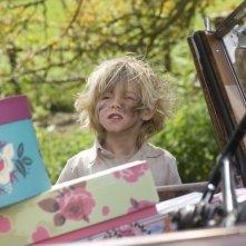Un'immagine divertente del piccolo Vincent (Oscar Steer) dal film Tata Matilda e il grande botto