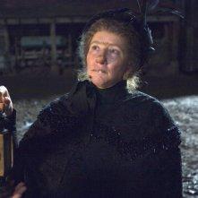 Un'irriconoscibile Emma Thompson nel film Tata Matilda e il grande botto