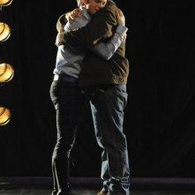 Mike O'Malley e Chris Colfer in una sequenza dell'episodio Laryngitis di Glee