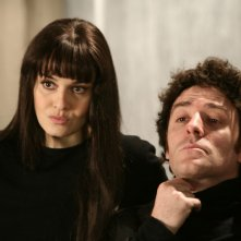 Paola Cortellesi e Valerio Mastandrea nell'episodio Almeno tu nell'universo di Tutti pazzi per amore 2