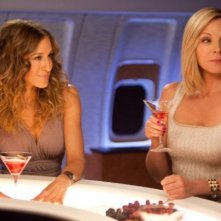 Samantha (Kim Cattrall) e Carrie (Sarah Jessica Parker) davanti a un paio di Cosmopolitan in Sex and the City 2