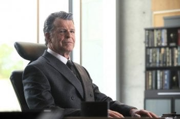 John Noble impersona Walternate nell'episodio Over There: Part 2 di Fringe