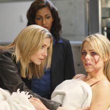 Elizabeth Mitchell, Rekha Sharma e Laura Vandervoort nell'episodio Fruition di V