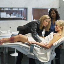 V: Elizabeth Mitchell, Rekha Sharma e Laura Vandervoort in una scena dell'episodio Fruition