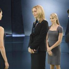 V: Laura Vandervoort, Elizabeth Mitchell e Morena Baccarin nell'episodio Red Sky