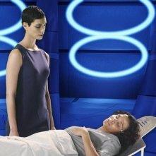 V: Morena Baccarin e Lourdes Benedicto nell'episodio Red Sky
