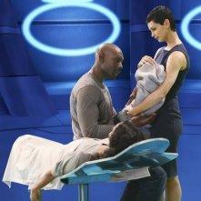 V: Morris Chestnut, Morena Baccarin e Lourdes Benedicto nell'episodio Red Sky