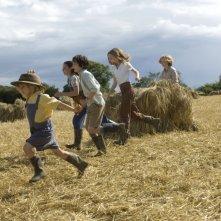 Asa Butterfield, Oscar Steer, Lil Woods, Eros Vlahos e Rosie Taylor-Ritson nel film Tata Matilda e il grande botto