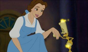 Belle e Lumirè in una scena del film d\'animazione La bella e la bestia