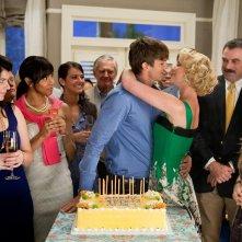 Katherine Heigl e Tom Selleck festeggiano il compleanno di Ashton Kutcher nel film Killers