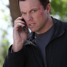 Casey (Adam Baldwin) al cellulare in una sequenza dell'episodio Chuck Versus the Subway: Part 2