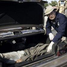Ducky (David McCallum) e il ritrovamento di un cadavere in un bagagliaio nell'episodio Borderland di N.C.I.S.