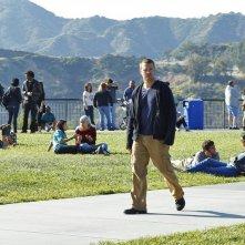 G Cullen (Chris O'Donnell) cammina in mezzo al Parco in una sequenza dell'episodio Burned di NCIS: Los Angeles