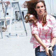 Kensi (Daniela Ruah) in azione nell'episodio Hunted di NCIS: Los Angeles