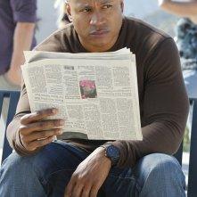Sam (LL Cool J) osserva la situazione nell'episodio Burned di NCIS: Los Angeles