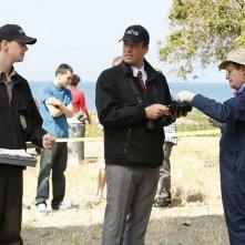 Sean Murray, Michael Weatherly e David McCallum sulla scena del crimine nell'episodio Patriot Down di N.C.I.S.
