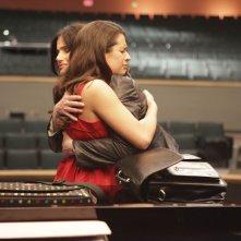 Shelby Corcoran (Idina Menzel) abbraccia Rachel Berry (Lea Michele) nell'episodio Theatricality di Glee