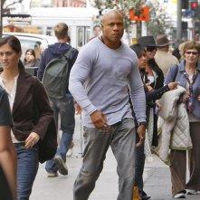 Un serio Sam (LL Cool J) cammina in strada fra la gente nell'episodio Found di NCIS: Los Angeles