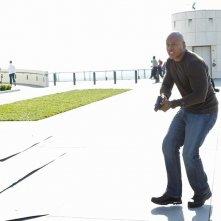 Una sequenza dell'episodio Burned di NCIS: Los Angeles con Sam (LL Cool J) armato di pistola