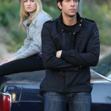 Yvonne Strahovski e Zachary Levi appoggiati all'auto nell'episodio Chuck Versus the Subway: Part 2