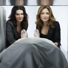 Angie Harmon e Sasha Alexander in una foto promozionale della serie Rizzoli & Isles