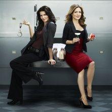Angie Harmon e Sasha Alexander in una immagine promozionale della serie Rizzoli & Isles
