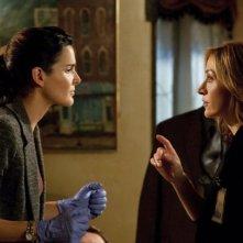 Angie Harmon e Sasha Alexander in una scena della serie Rizzoli & Isles
