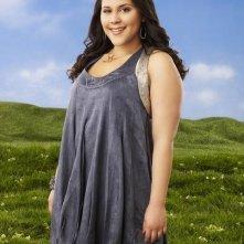 Ashley Holliday è Chloe in una foto promozionale della serie Huge