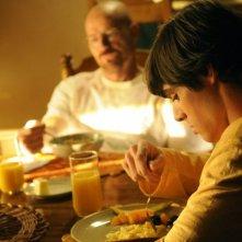 Breaking Bad: RJ Mitte e Bryan Cranston, sullo sfondo, nell'episodio Green Light