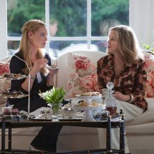 Jen (Katherine Heigl) e la signora Kornfeldt (Catherine O'Hara) in una sequenza del film Killers
