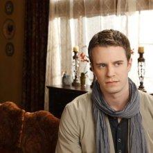 Luke Mably è Dylan Radcliff in una immagine promozionale della serie The Gates