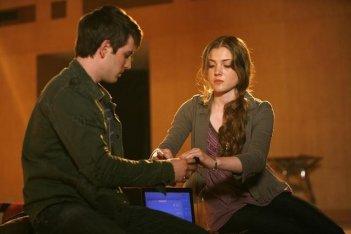 Travis Caldwell e Skyler Samuels in una scena della serie The Gates