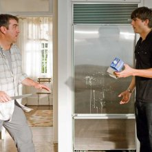 Rob Riggle affronta Ashton Kutcher in una scena del film Killers
