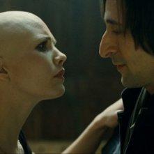 Adrien Brody e Delphine Chanéac nel film Splice