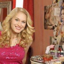 Leven Rambin è Heather West in una immagine promozionale della serie Scoundrels