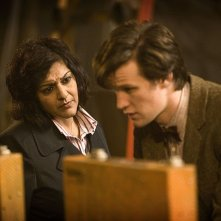 Meera Syal e Matt Smith in una scena dell'episodio The Hungry Earth di Doctor Who